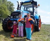 Ни один из юных посетителей авиа-шоу не остался без трактора АГРОМАШ
