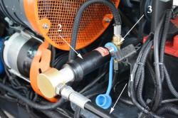 Заправка газом экспортного  трактора. 1 – шланг подвода газа от АГНКС, 2 – переходник с российского стандарта на европейский, 3 – заправочный вентиль европейского стандарта